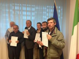 Foto di gruppo dei rappresentanti dei vari comitati carnici durante una conferenza stampa del 2013