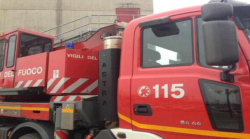 Autocisterna prende fuoco in A23, l'autista si mette in salvo