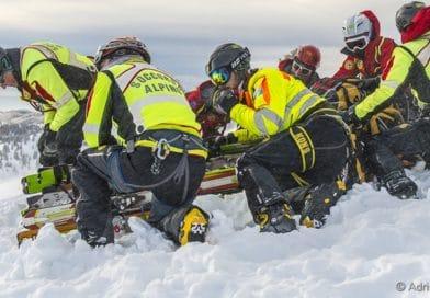 Alpinista si frattura una gamba sopra Fusine Laghi, il Soccorso Alpino lo recupera