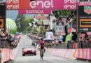 Giro d'Italia, impresa della maglia rosa Simon Yates nella Tolmezzo-Sappada