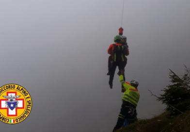 Si infortuna sotto il Mangart, donna soccorsa nella nebbia