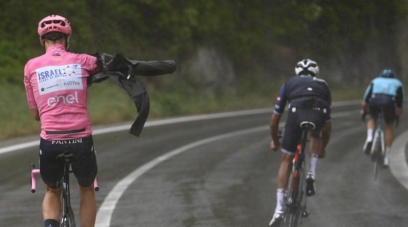 Alessandro De Marchi si sfila la maglia rosa